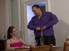 Repartidor folla a su joven esposa por dinero
