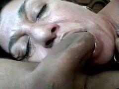 Boca follando su esposa, esta ama de casa amateur pecosa cara podría estar en el lado maduro pero ella puede ir cabeza a cabeza con cualquier zorra inmadura cuando se trata de puestos de trabajo de golpe y ella está demostrando en este video privado sexo