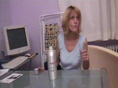 Amplia madura se masturba y se la follan. Flaca rubia madura utiliza un consolador en su crack peluda y se la follan en este video hardcore madura.