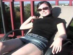 Mina Leigh es una gafas usar morena que al aire libre te da un