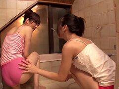 Delgado asiático lesbianas chupando pezones con ternura en el baño - Kotone Amamiya