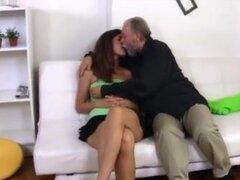 Alena es una jovencita sexy y ella está sentada en el regazo de su hombre más sexy, Alena se sienta en el regazo de su hombre mayor mira muy sexy y atractiva. Es mucho mayor que ella, pero él quiere follar su coño joven y consigue pronto