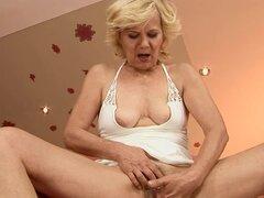 Abuelita cachonda Lili obtiene su coño digitación y follada asombroso