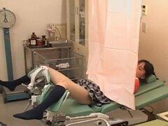 Teen japonesa consiguió coño digitación de un ginecólogo repugnante, hermosa japonesa cutie llegó a obtener un examen de coño. En cambio, su ginecólogo pervertido tenía algunas cosas malas en la mente. Él jugó con su clítoris y luego pone alguna herramien