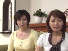 Ama de casa japonesa obtiene coño digitación y follada profunda