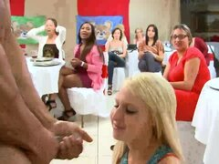 Partido de euro CFNM con chicas chupando delante de mirones