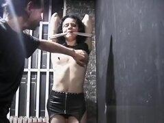 Tetona babe obtiene pezones torturados en escena del estilo de sadomasoquismo,