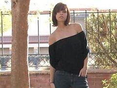 Sexy jovencita tetona se desnuda exponiendo sus tetas y sabroso culo al aire libre