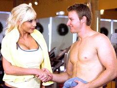 El entrenamiento de gimnasio desnudas MILF, esta vez en otro episodio sexy de milfsoup, la sexy Puma Sweede tenía una cita con el gimnasio, y Jonny deep era su entrenador personal. lo que estaban haciendo la rutina cuando de repente puma decidió obtener m