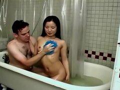 Novia delgada no es contra el sexo en la bañera, la mujer asiática delgada y su esposo no utilizan su cuarto de baño sólo para propósitos de lavado sino también para el rodaje de una cinta de sexo casero. La mujer cachonda chupa la polla y se la follan po