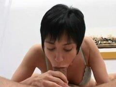 doble penetración para ANGELINA pelo corto, pelo corto Lalin belleza Angelina es lo suficientemente caliente como para derretir los condones y hottie consigue un gran acabado facial.