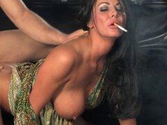 Caliente rubia Cougar en medias y tacones altos, fumar y Ba