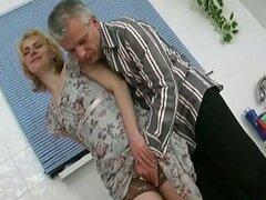 Viejo chico ama coño golpeando con chicas lindas