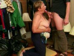 La abuela apesta como un profesional y se pone facial. Abuela gorda chupa polla grande y se corre por toda la cara