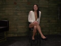 Isa Mendez Latina follada duro en la primera aventura BDSM