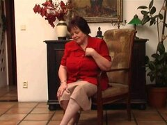 Abuela gorda da su viejo coño con vibrador, disrobes abuelita voluminosa Jindri de OlderWomanFun.com de su sujetador rojo y su XXL tamaño abuela pantalones y bombas de su viejo twat con un pene falso.