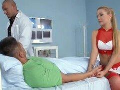 Bibi Noel enfermera, rubia húngara Bibi enfermeras efectivamente el paciente y el médico, con los agujeros de su cuerpo...