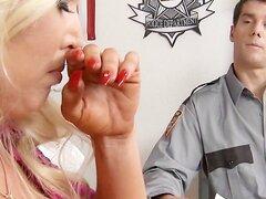 Blonde Big tit que MILF Alura Jensen es cachearlos follada por un policia