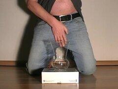 Hombre orinando y correrse en un vaso. Hombres peeing piss pis goldenshower dorado ducha watersports mojado polla vivir plassex esperma sperma fetiche skype masculino cámara web