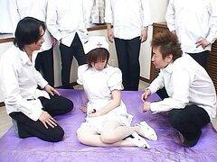 Enfermera asiática gangbanged y orinó en