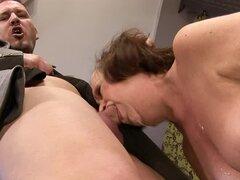 Eva Tickler sopla y se la follan en la posición de vaquera