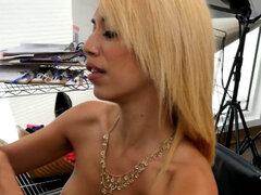 Rubia caliente le encanta ser oscurecido con su agente de casting durante una entrevista de trabajo porno. Caliente rubia ama conseguir oscurecido con su agente de casting durante la pornografía trabajo entrevista