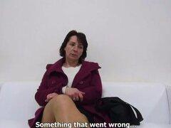 Mujer amateur pasa el casting y luego la follan sobre la mesa