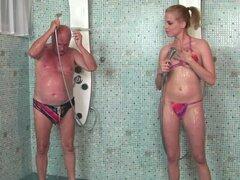 Laraan la rubia caliente folla a un chico después de tomar una ducha