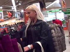 chica adolescente folla para comprar ropa. chica rubia Teen, teen jovencita se la folla para comprar ropa