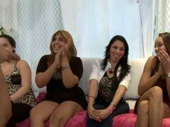 Chicas CFNM voyeur fiesta chupando strippers. Fiesta CFNM voyeur con chicas amateurs chupando pollas stripper