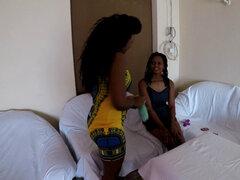 Masaje africano se convierte en primer orgasmo lésbico. 2 lesbianas aficionadas africanas calientes con grandes tetas y masaje botín africano entre sí rápidamente comienzan a lamer besos digitación hasta que se corran Para la escena completa visita AFRICA