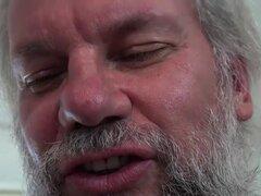 Viejo pervertido atrapado viendo porno y masturbándose obtiene frotando coño fresco
