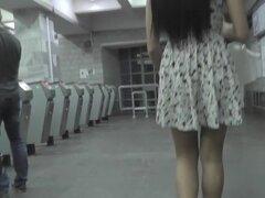Dos chicas presentan vistas de upskirt con su sabroso culo, upskirt gratis placer presentado por par de impresionantes chicas, que les encanta usar mini faldas añadiendo combustible al fuego.