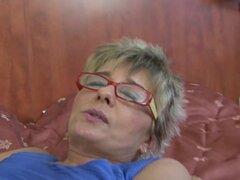 Abuela atrapado masturbandose anal follada por negro de polla duro interracial
