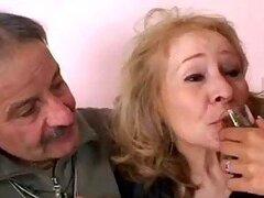 Cachonda pareja de abuelitos se ponen traviesos compartiendo los agujeros apretados de una adolescente