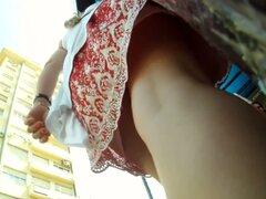 Deliciosamente regordete a rubia capturada en un video de la falda hacia arriba