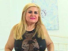 Milf española Musa Libertina rellena su coño afeitado
