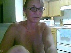 Rubia sexy y madura amateur se masturba por la webcam con un consolador