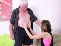 Chica adolescente Checa Rita disfruta del sexo hardcore con un viejo con polla dura
