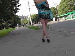 ¿Pelo morena encantadora en vídeo upskirt al aire libre, su sentido de la moda puede ser un poco loco, pero a quién le importa eso? Su culo upskirt preciosa es realmente wang-hardening, y esto es todo lo que importa.