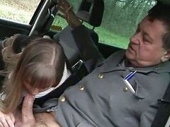 Caliente jovencita insaciable se moja de solo ver la gran verga de un oficial de la ley