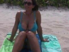 Breasty más maduro con excelente leche latas desnudo en Playa Natural, caliente y breasty mamá más viejo con pantoons natural sorprendente en garb de la naturaleza en la playa.