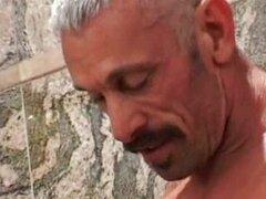 Chico sexy toma dick viejo en la ducha