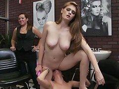 Caliente jovencita ginger lesbiana Faye Reagan y su amiga Hayden Winters aman jugar a dominar
