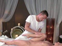 Rubia después de masaje se la follan. Rubia sexy consigue estirada en sala de masaje y masajista frota y digitación su coño afeitado antes de que le golpeó en una mesa de masaje