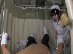 La enfermera cumple sus fantasías médicas en película de sexo voyeur, no mucha gente sabe pero enfermeras japonesas son muy traviesas y gusta montar pollas de sus pacientes. En esta película voyeur fuck escenas Jun alcanza un orgasmo después de que ella t