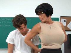 """Shay Fox Seth Gamble en mi primera profesora de sexo, Seth entra en aula Prof. Fox y besa suavemente en los labios. Están teniendo un asunto ilícito, pero su todavía un secreto. Seth le pregunta por qué recibió un D """"en su último papel. Él espera qu"""