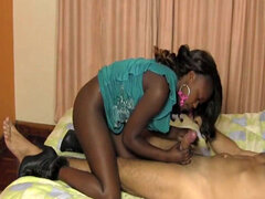 Teen novia africana dominó a los amantes del sexo interracial