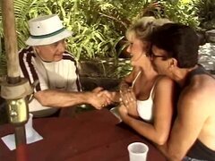 Esposa rubia tetona está encantada de darle su coño a otro hombre