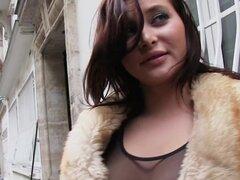 Nena francesa tetona folla por dinero en efectivo, huevón desesperada Frech belleza en las calles que necesita dinero en efectivo inmediato para que él la lleva en su apartamento, donde ella le chupa en el pasillo y se la folla en el dormitorio